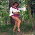 Guarrilla luciéndose en el bosque