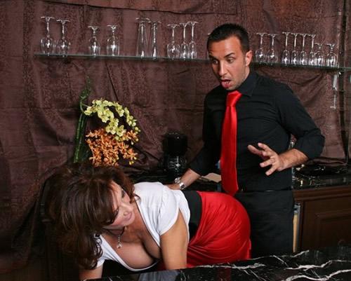 Madura en un bar follando